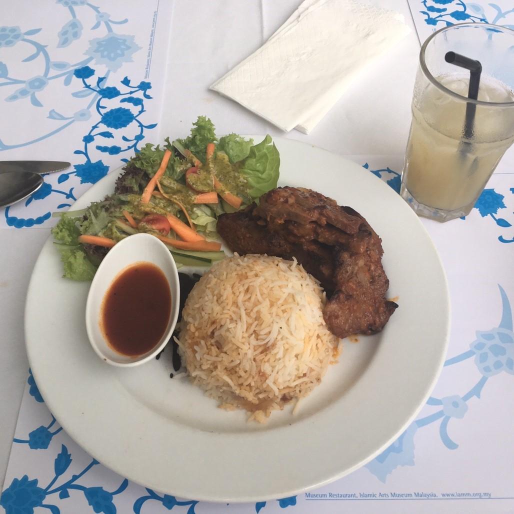 イスラム美術館のレストラン、ラム肉とトマトライス