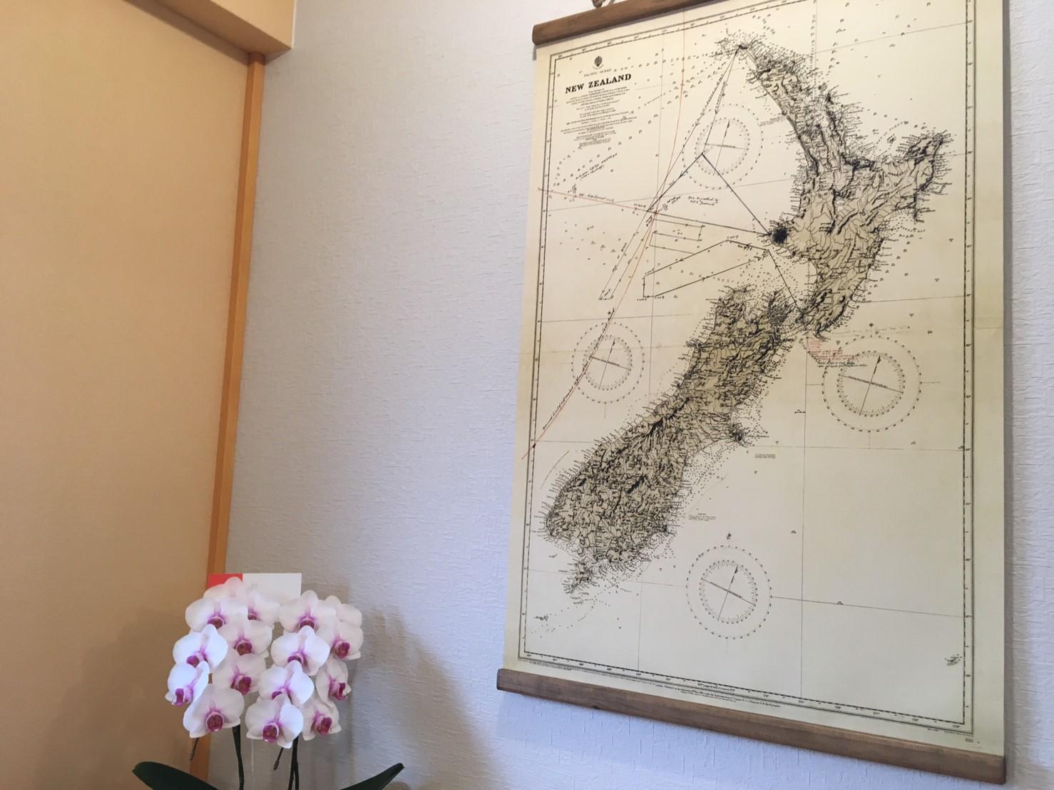 開店祝いの花とニュージーランドの地図。
